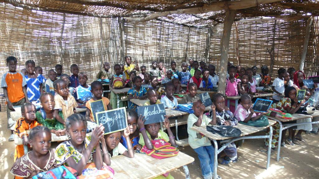4.-Intérieur-de-la-classe-qui-accueille-80-élèves-1024×576