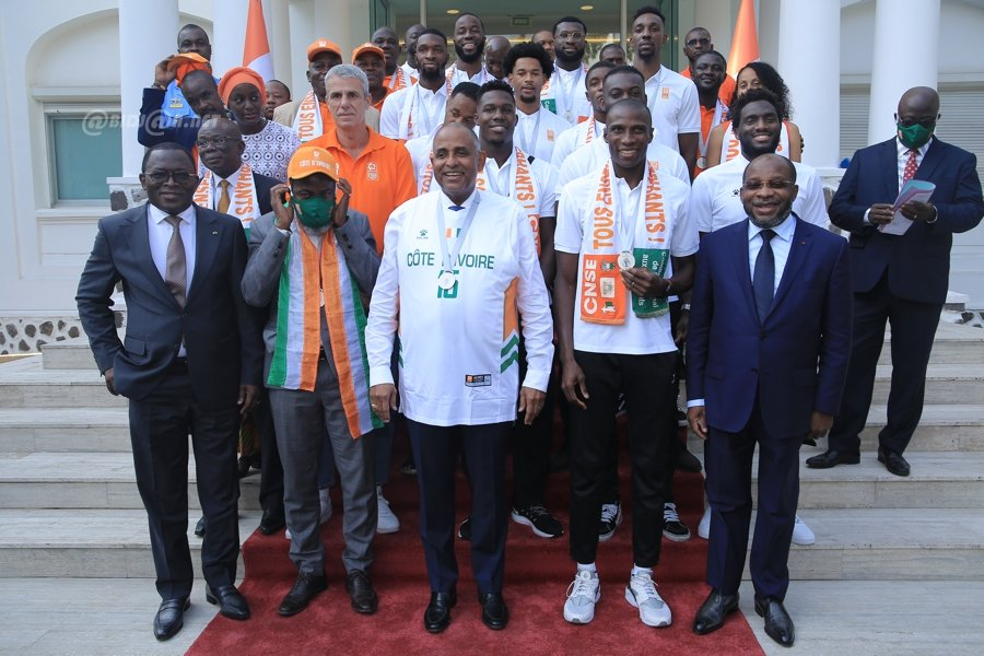 sport-les-elephants-basketteurs-medailles-dargent-recus-par-le-premier-mini_lr9jy6q97o