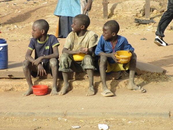 Plus de 35 mille enfants mendiant jour et nuit dans les rues: Même les animaux traitent mieux leurs enfants!