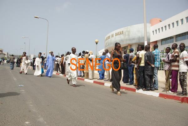 la queue pour assister au procès de Karim