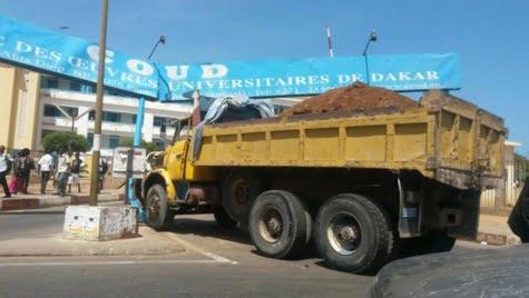 Arrêt sur image-Le camion fou qui a fini sa course sur le portail de l'Ucad