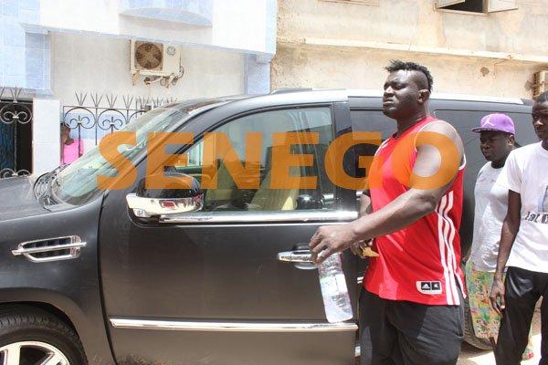 (12 photos exclusives): Balla Gaye 2 invite son site préféré «Senego.com» à présenter sa Cadillac Escallade, Regardez