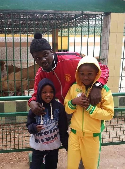 Photo-Pacotille et ses deux garçons au Parc de Hann