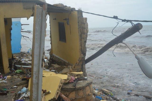 Vidéo: La Mer charge Yarakh montagne. Plusieurs maisons détruites, des vies en danger. Regardez