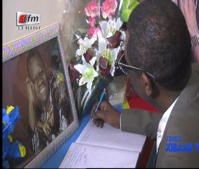 Vidéo: Décès de Papa Wemba: Youssou Ndour a présenté ses condoléances à l'ambassadeur de la RD-Congo à Dakar