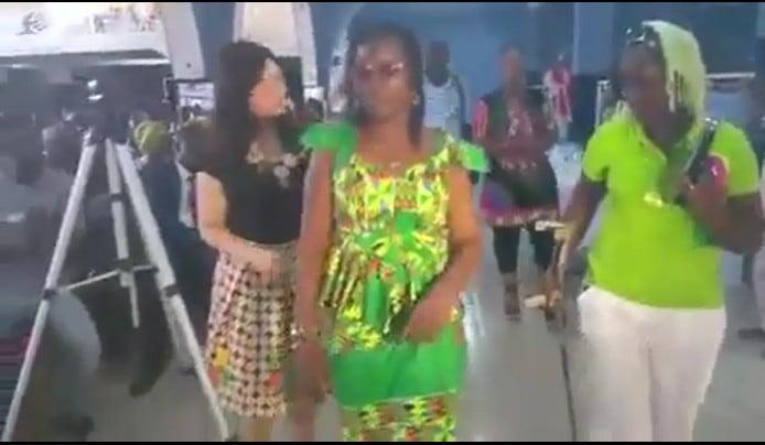 """Vidéo émouvante: la comédienne Ndeye Khady de """"Ibra Italien"""" est guérie de la paralysie…"""