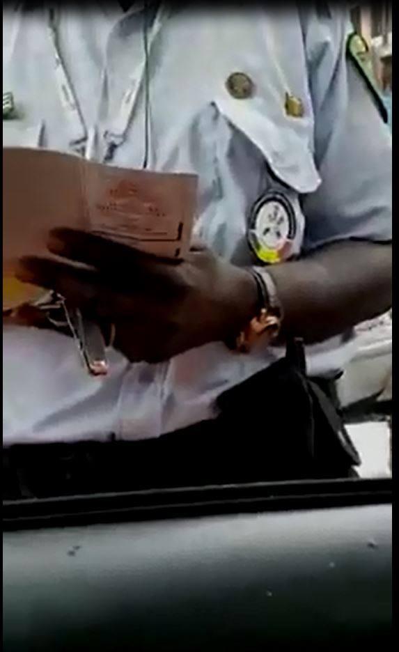 Vidéo: Le policier corrompu de la vidéo risque l'avertissement ou la radiation, les enquêteurs traquent les auteurs de la vidéo