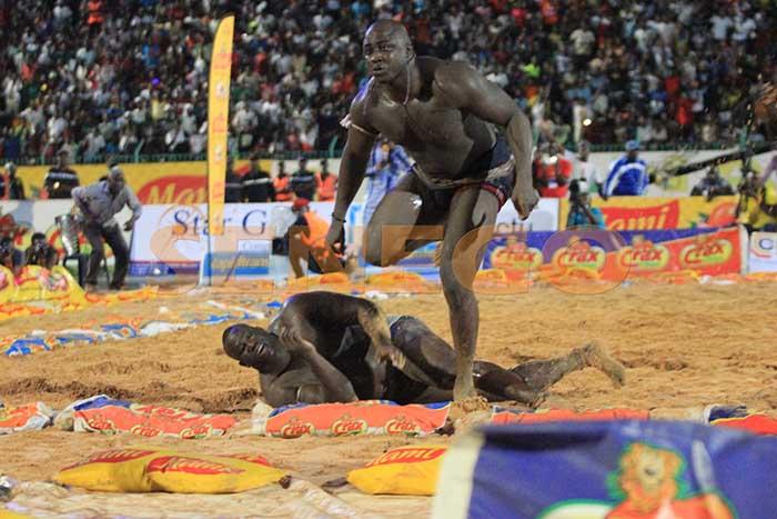 Senego TV: Le combat de Lac de Guiers 2 contre Yekini  commenté par Bour Guéwél. Regardez