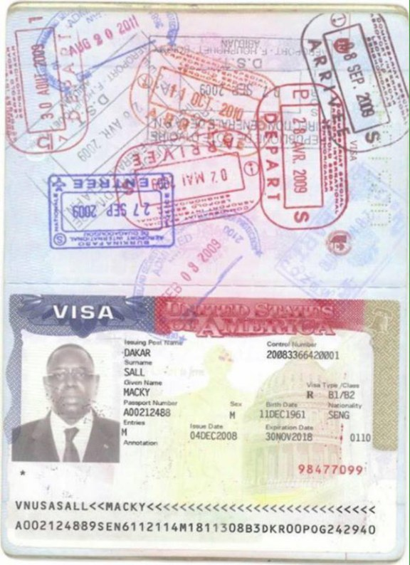 (Texte+Photo) : Double nationalité – Macky Sall dément et publie son passeport