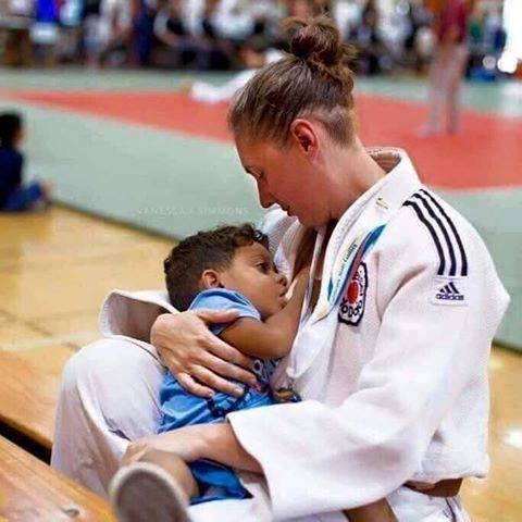 Photo – Une athlète allaitant son bébé au cours des JO
