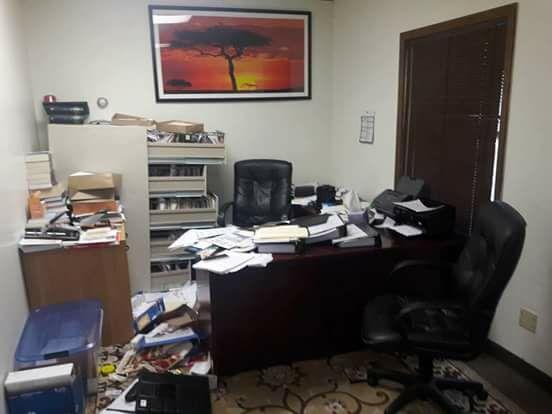 bureau saccag et ordinateur vol l expert comptable alioune gu ye n en revient pas. Black Bedroom Furniture Sets. Home Design Ideas