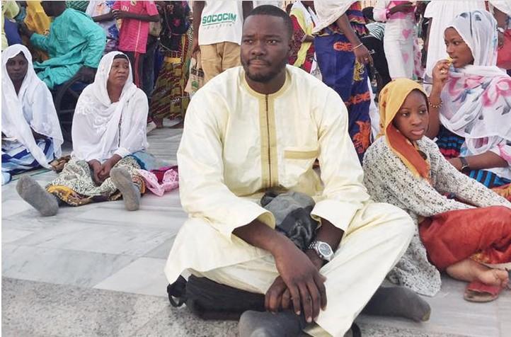 Arrêt-sur image : Canabasse assis devant la mosquée de Touba
