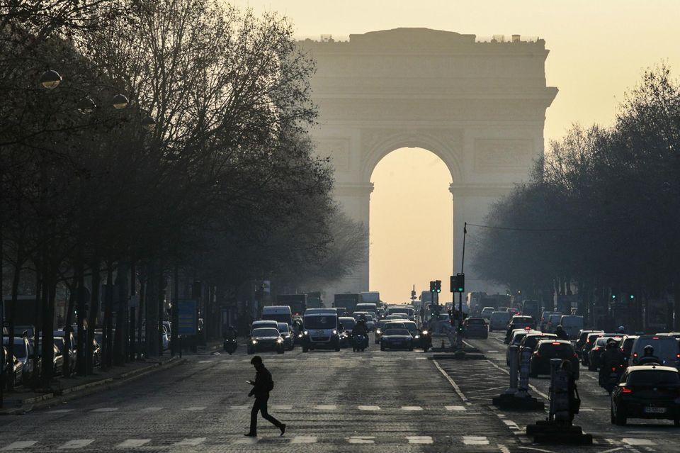 Urgent-Fusillade sur les Champs-Elysées à Paris : un policier  tué et un assaillant abattu