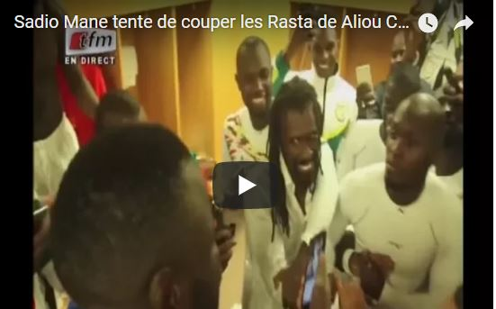 vid o quand sadio man tente de couper les rastas de aliou ciss. Black Bedroom Furniture Sets. Home Design Ideas