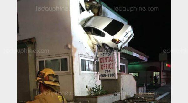 Une voiture décolle et s'encastre au premier étage d'un immeuble — Etats-Unis