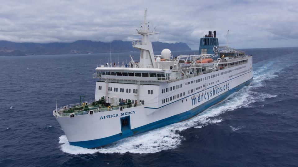 au monde, Dakar, deux jours de présentations, Le plus grand bateau hôpital
