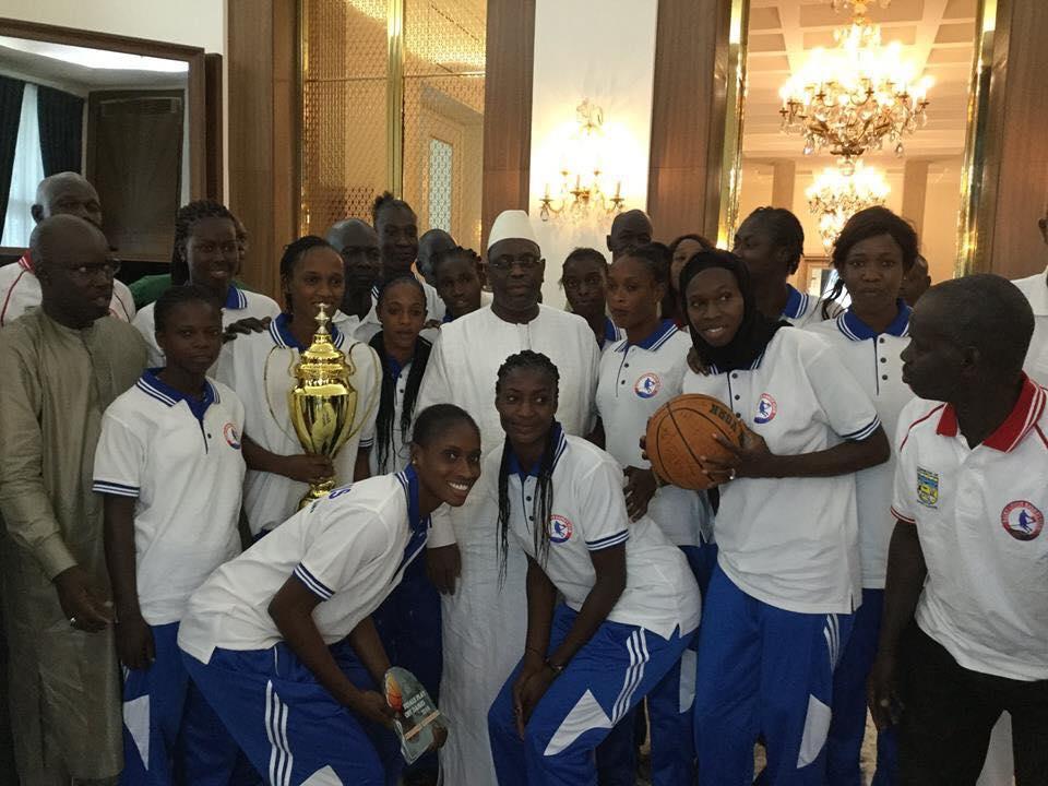 38875609_671774826508420_7613364908423380992_n-1 (Photos) Le Saint Louis Basket Club a présenté son trophée à Marième Faye Sall, sa marraine, Regardez! Basket local