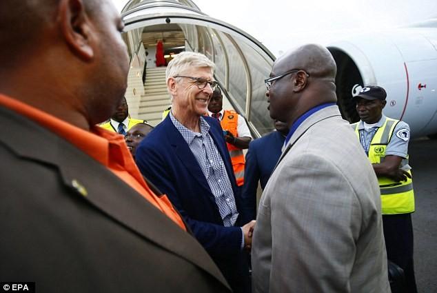 George Weah décore Arsène Wenger et Claude Le Roy — Liberia