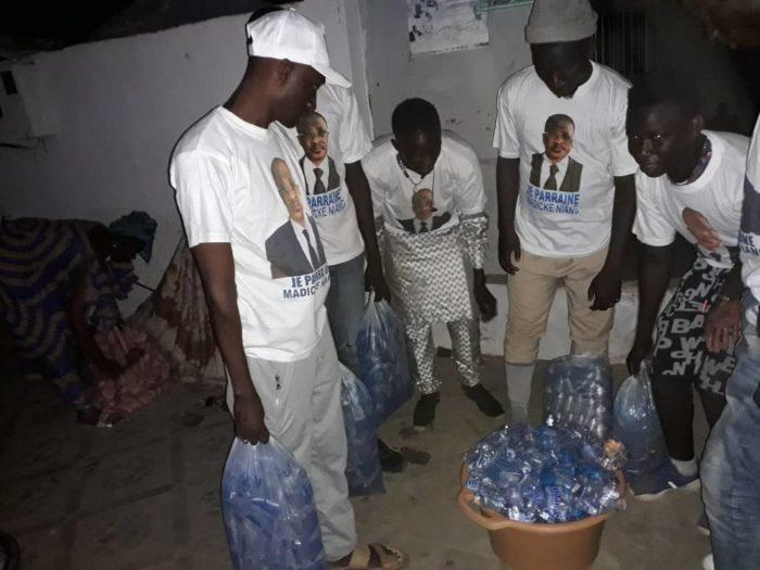 aux pèlerins, distribuent des sachets d'eau, Grand Magal Touba, Les Pro-Madické Niang