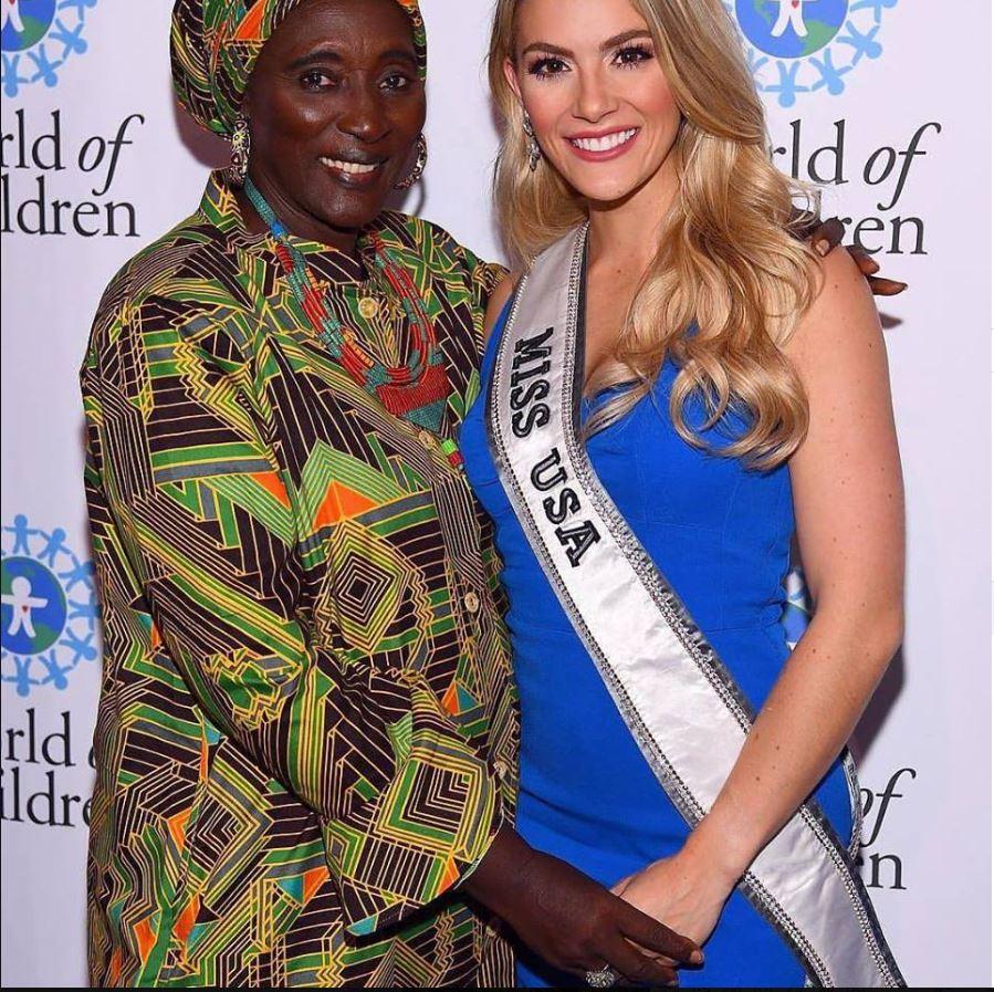 Anta Mbow, avec la Miss des Etats Unis, Pose