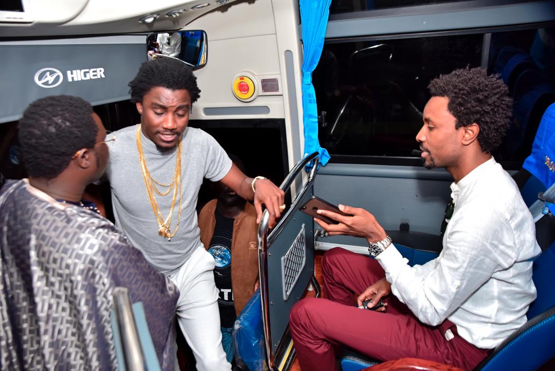choie, ses musiciens avec un bus de luxe, Wally seck