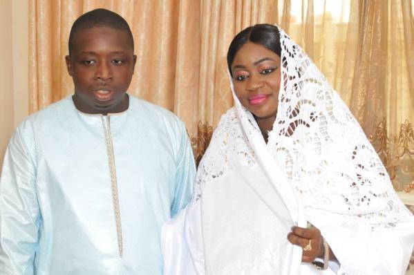 - Un couple de personnes posant pour la caméra - Youssou N'Dour