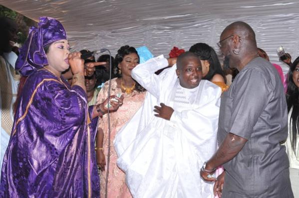 - Un groupe de personnes debout devant une foule - Youssou N'Dour