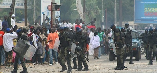 Affrontements à Ziguinchor : Ça chauffe entre forces de l'ordre et étudiants - Un groupe de personnes marchant dans la rue - Cheikh Anta Diop University