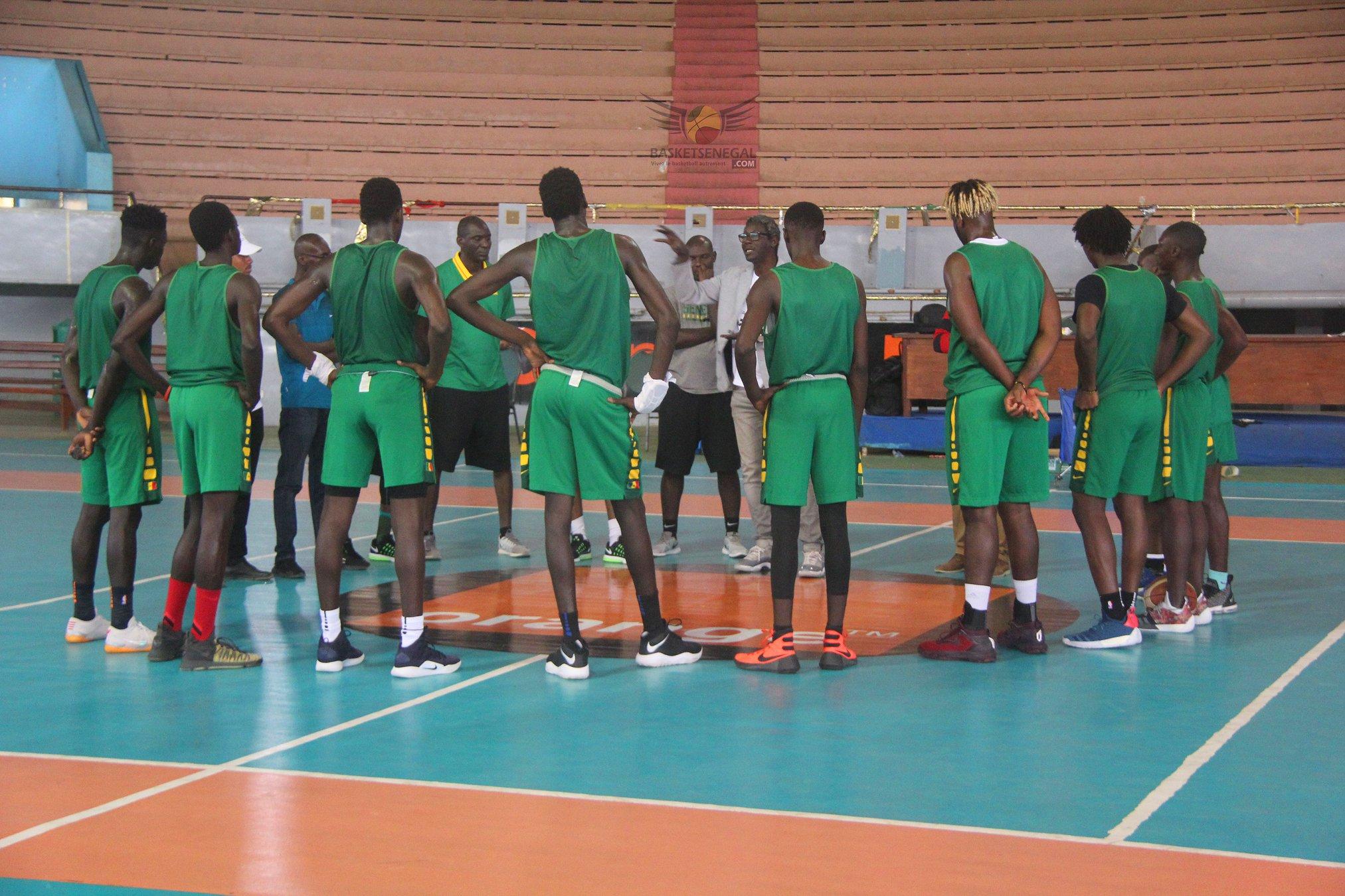 - Un groupe de personnes debout sur un terrain de basket - Jeu