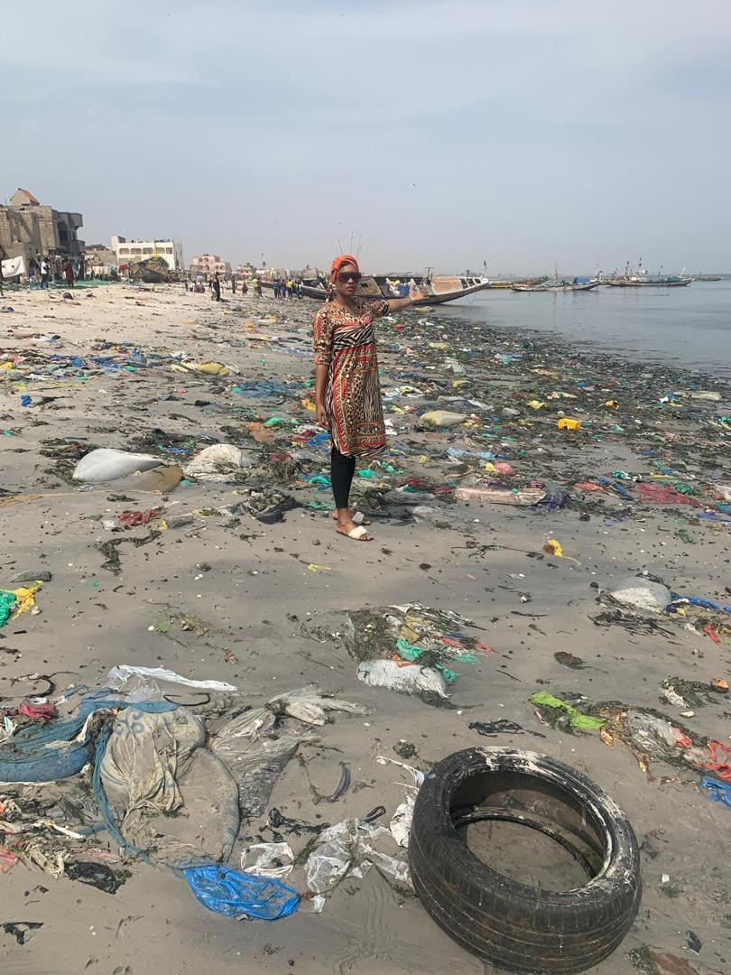 «Sénégal Sét», Ndeye Ndack s'investit dans la propreté du pays - Un groupe de personnes debout au sommet d'une plage de sable - Mer