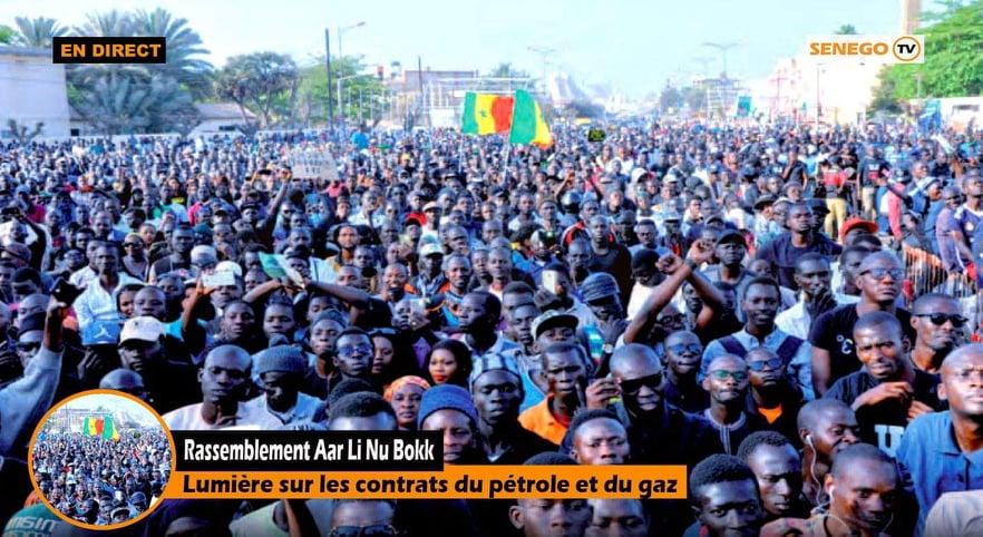 Brouillon auto - Un homme devant une grande foule en train de regarder - Aliou Sall
