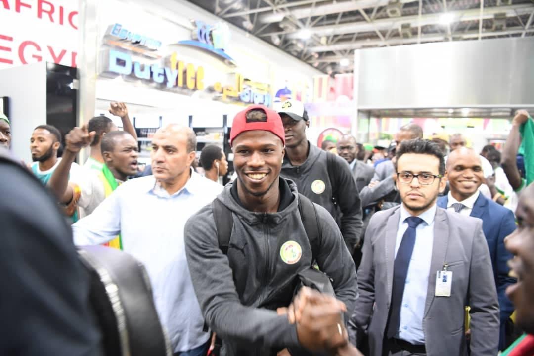 Can 2019: Les Lions bien arrivés en Égypte (photos) - Keita Baldé Diao et al. debout devant une foule - Protestation
