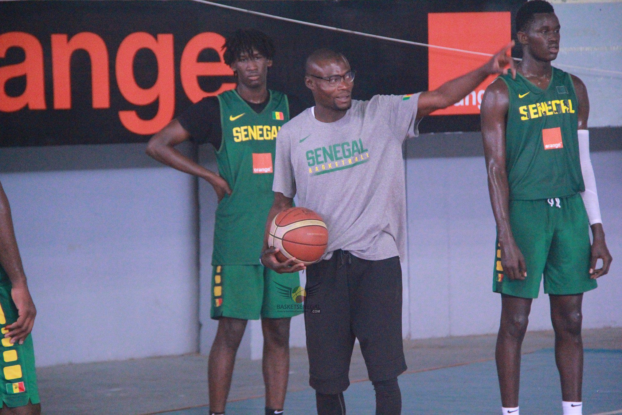 - Un groupe de personnes debout sur un court - Basketball 3x3