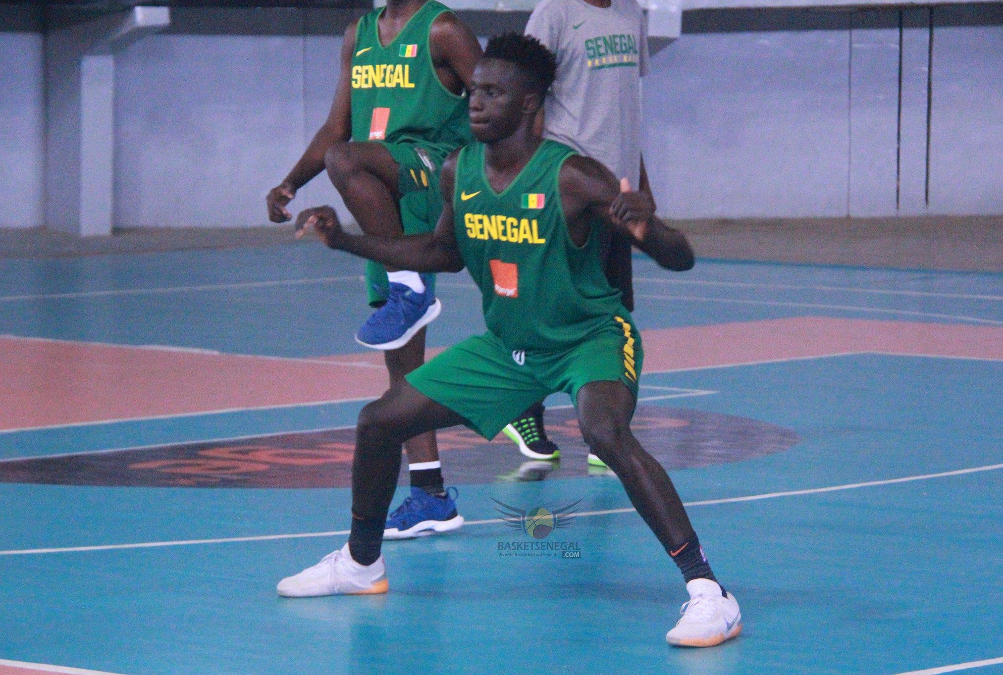 - Une personne tenant un ballon de football sur un terrain - Mouvements de basket