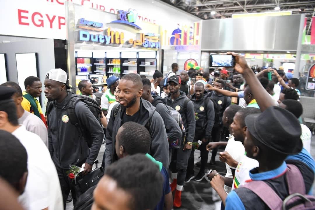 Can 2019: Les Lions bien arrivés en Égypte (photos) - Abdoulaye Diallo et al. debout devant une foule - Foule