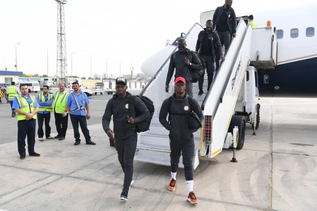 Can 2019: Les Lions bien arrivés en Égypte (photos) - Un groupe de personnes debout autour d'un avion - Génie aérospatial