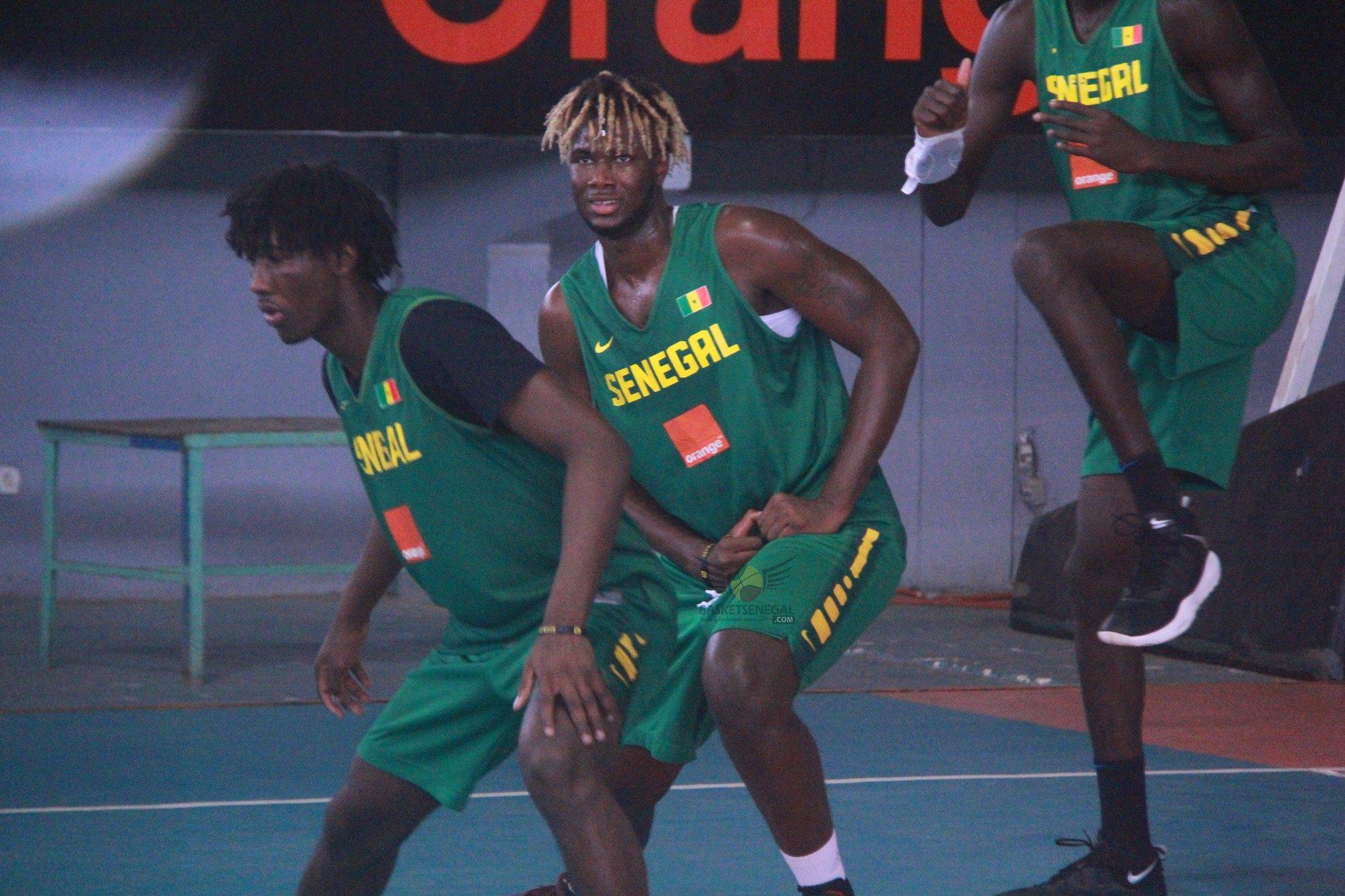 - Un homme jouant à un jeu sur le terrain - Mouvements de basket