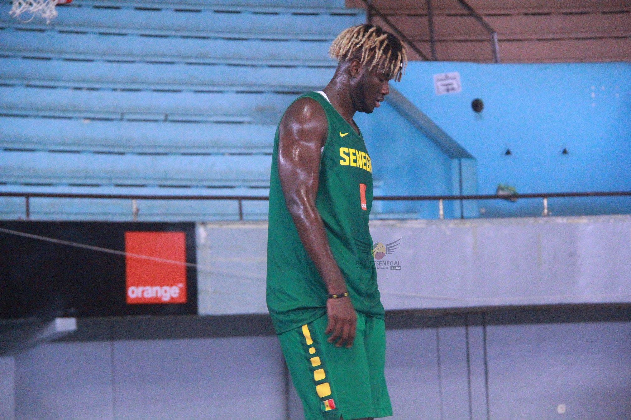 - Un homme debout devant un bâtiment - Jeux d'intérieur et sports
