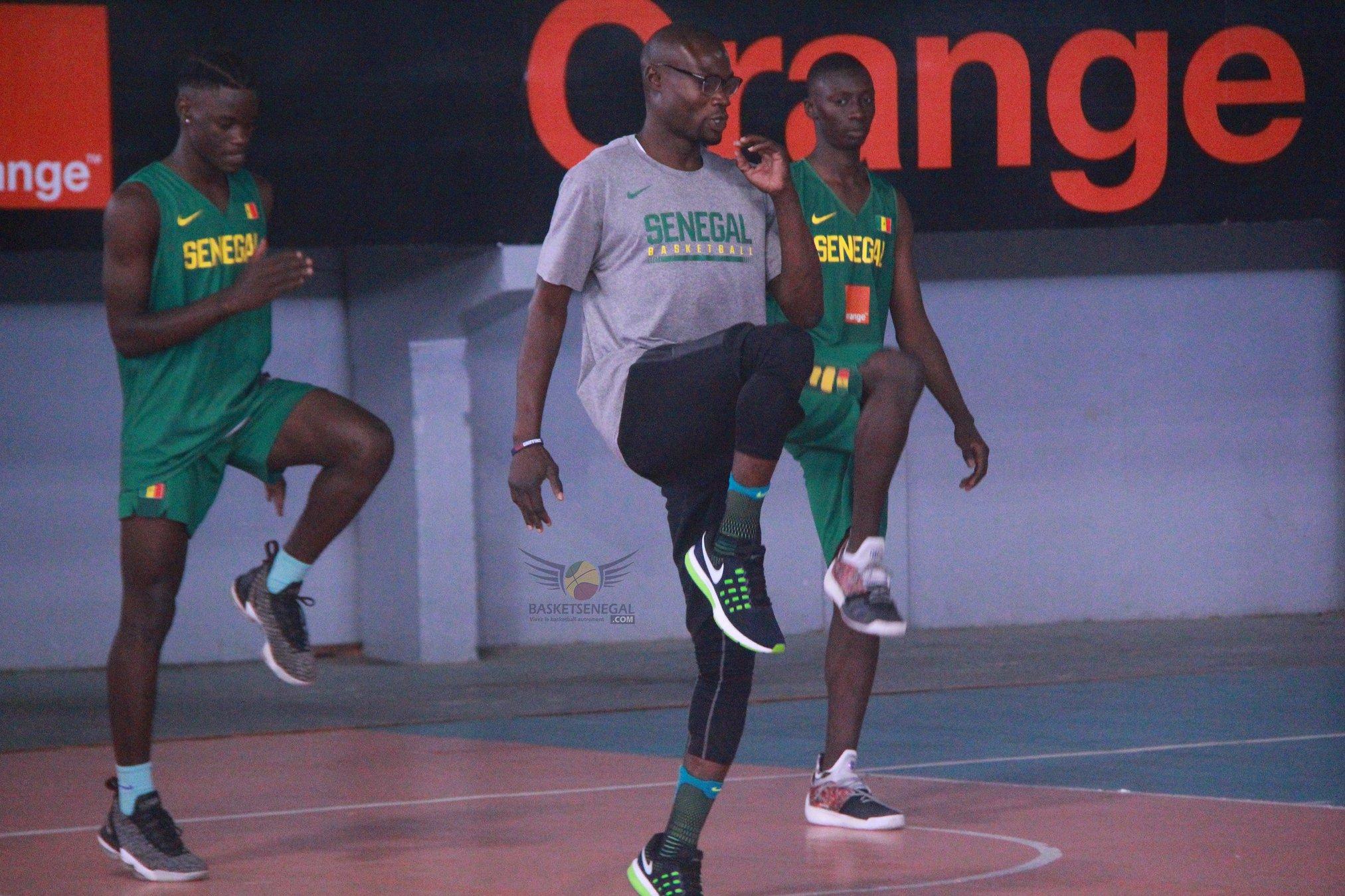 - Un homme debout sur une cour - Mouvements de basket