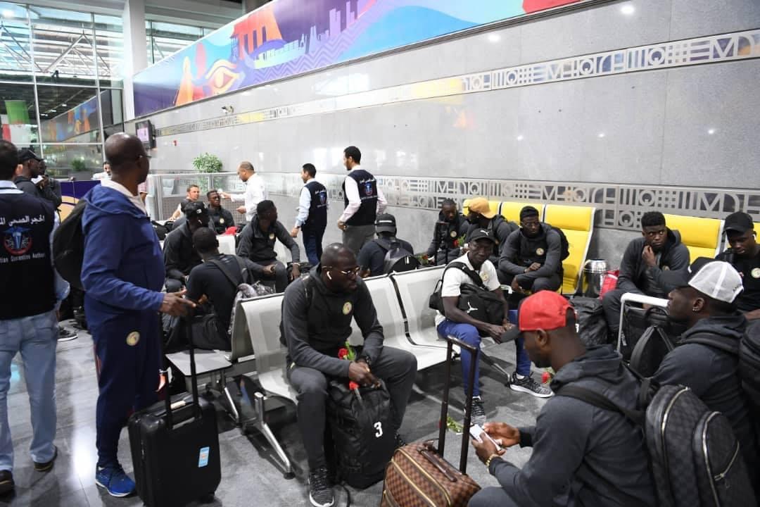 Can 2019: Les Lions bien arrivés en Égypte (photos) - Un groupe de personnes avec des bagages dans un aéroport - Piste de course
