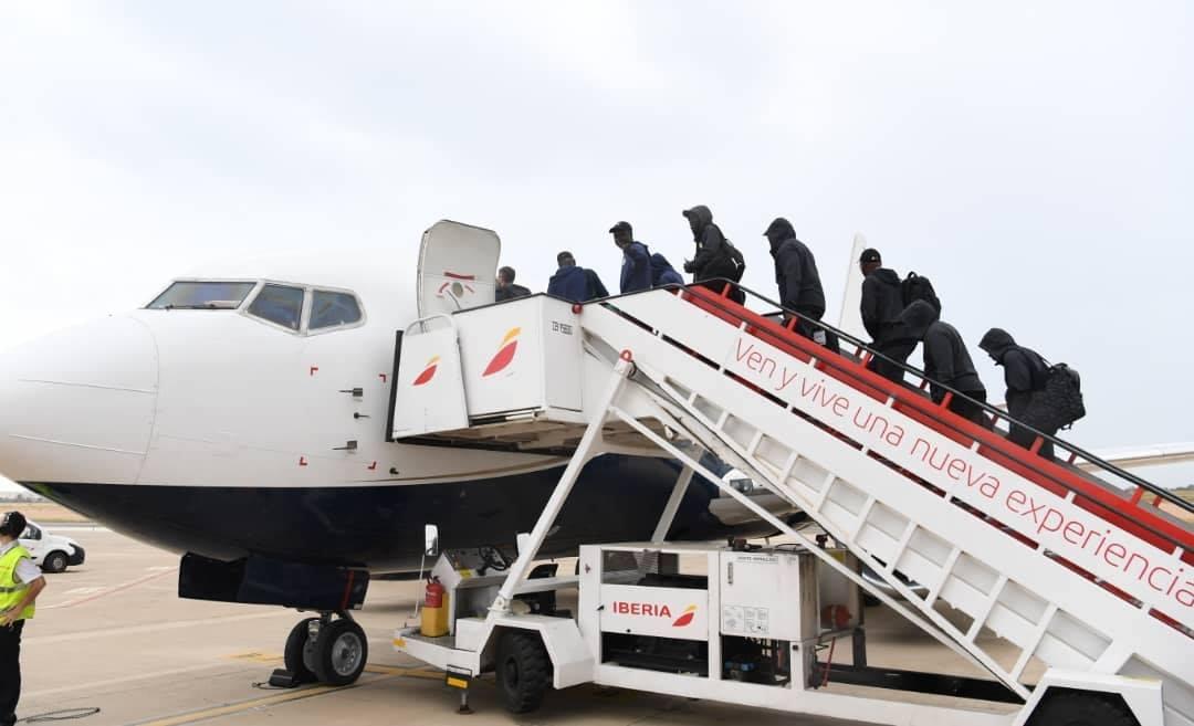 Un groupe de personnes debout autour d'un avion - Avion gros-porteur