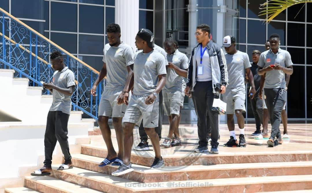 Arrêt sur images: La promenade des lions - Un groupe de personnes debout devant un bâtiment - Lieu de sport