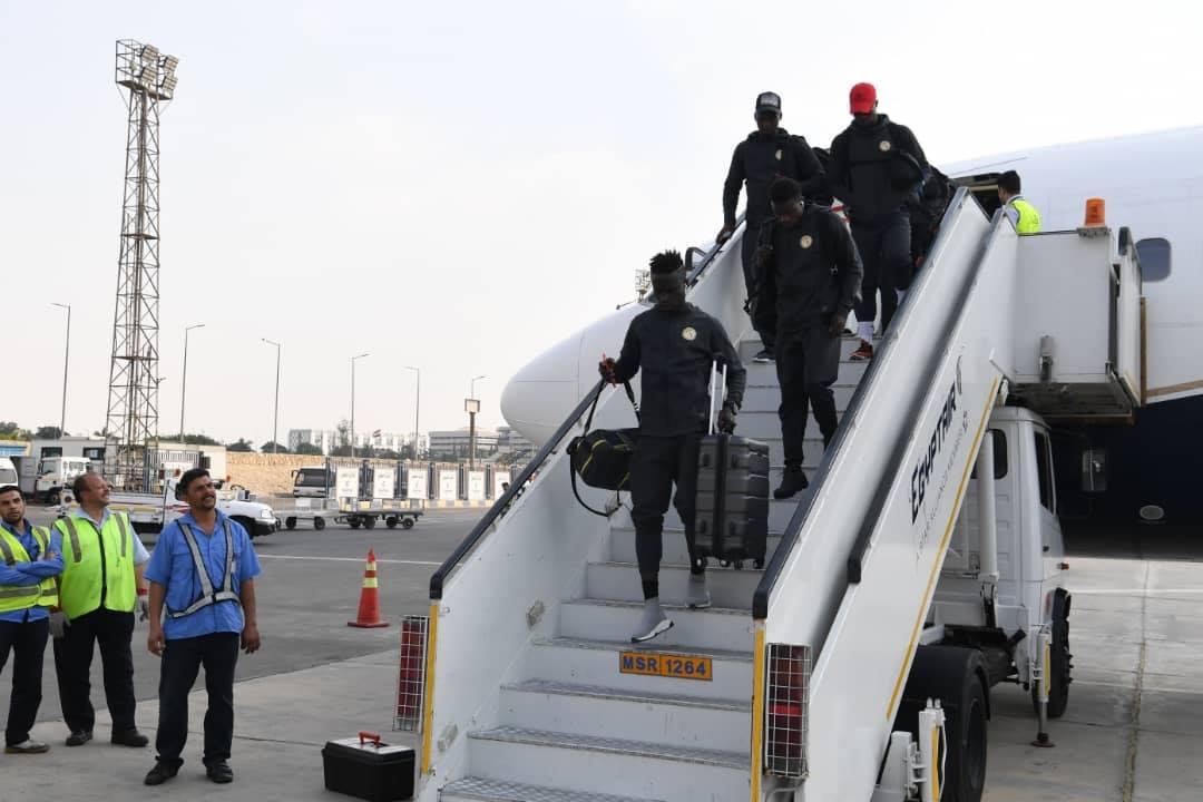 Can 2019: Les Lions bien arrivés en Égypte (photos) - Un groupe de personnes debout autour d'un avion - Voiture