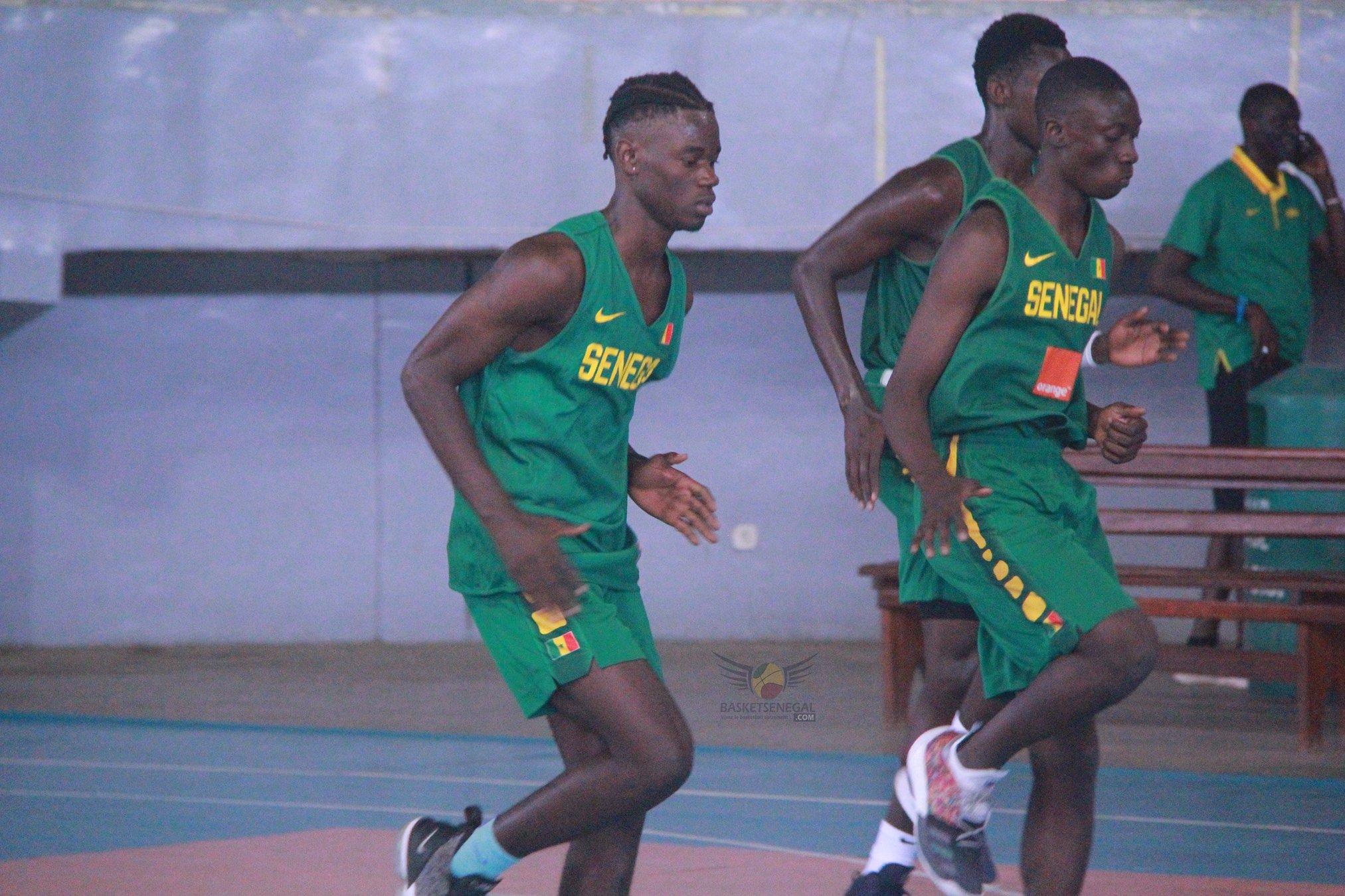 - Un groupe de jeunes hommes jouant au football - 800 mètres