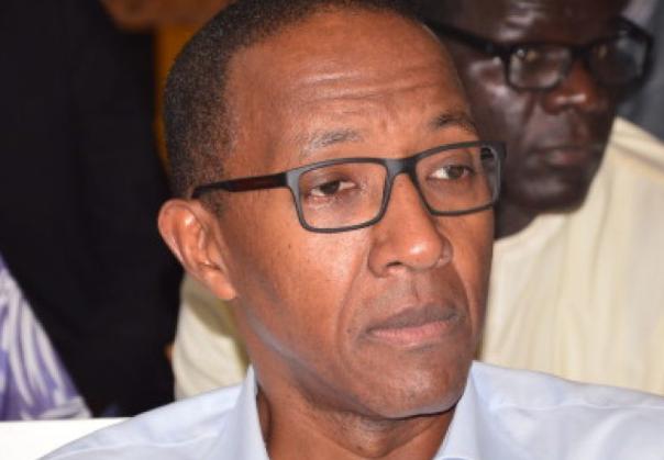 Usage de faux et tentative d'escroquerie : Abdoul Mbaye convoqué… - Abdoul Mbaye portant des lunettes et regardant la caméra - Abdoul Mbaye