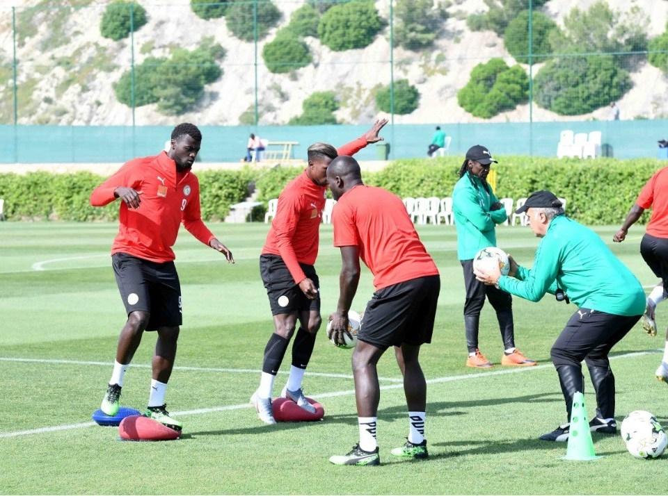 Deuxième séance d'entraînement des Lions du Sénégal à Ismailia (Ismaila) - Un groupe de personnes jouant au football sur un terrain - Équipe de football du Sénégal
