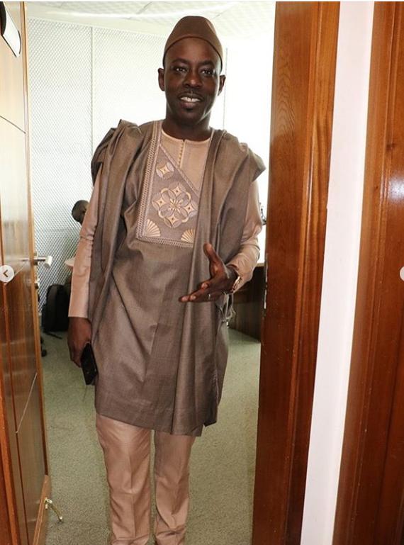 Brouillon auto - Un homme debout devant un miroir posant pour la caméra - Vêtements d'extérieur