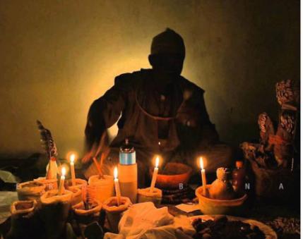 Un Marabout dévoile l'identité des deux finalistes de la CAN 2019 ! - Une personne assise à une table avec un gâteau d'anniversaire avec des bougies allumées - Marabout