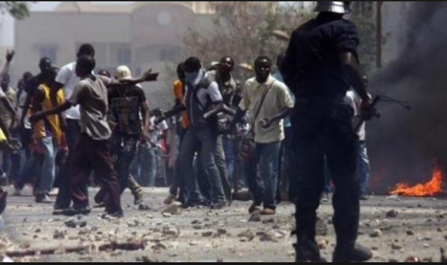 Manifestations à l'Université de Ziguinchor : 2 étudiants blessés par balles… - Un groupe de personnes debout devant une foule - Université Gaston Berger