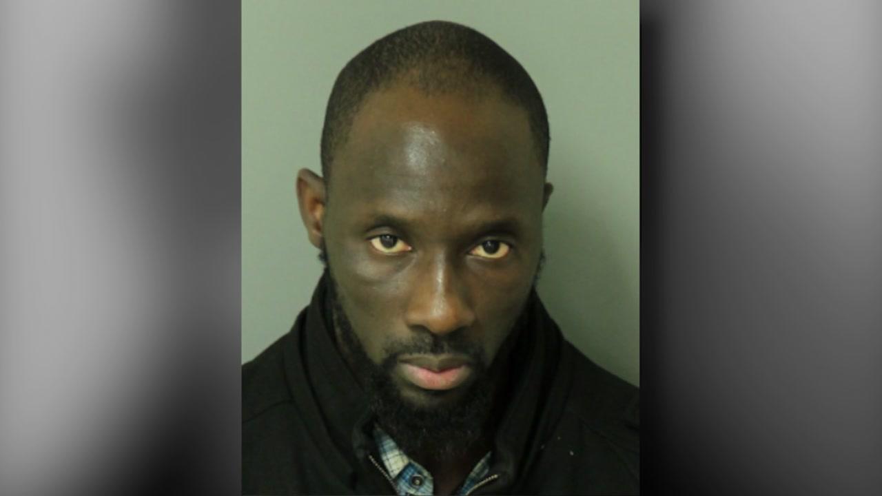 Etats-Unis : Un sénégalais encore tué par balle - Un homme debout devant un miroir posant pour la caméra - WTVD